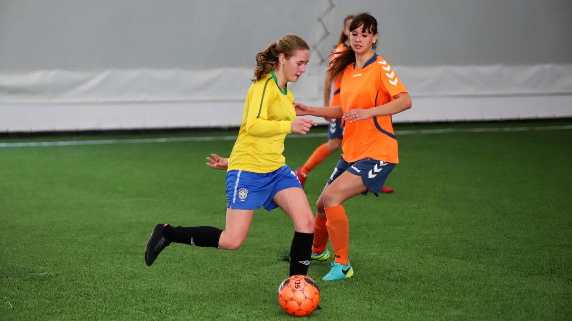 В футбольном манеже «Тигр» прошел выставочный матч женской команды «Бригантина»