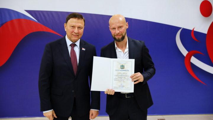 Тренер спортивного клуба «Полюс» Андрей Шутов получил награду от ЗакСа Приморского края