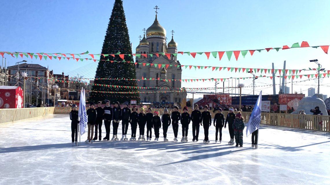 Фигуристы и хоккеисты «Полюса» выступили на центральной площади Владивостока